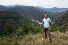 Stefan med den kraftigt förorenade staden Alaverdi i bakgrunden, Debed Valley, Armenien.