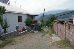 På väg att besöka familjen som bor i huset till vänster i bild för lunch, Haghpat, Armenien.
