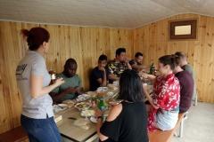 Vår grupp ätandes lunch hos värdfamiljen i Haghpat, Armenien.