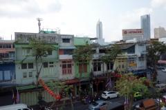 Utsikt över traditionellt shophouse  från Wat Traimit, Bangkok.