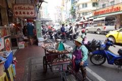 Gatuscen längs Yaowarat Road, Chinatown, Bangkok.