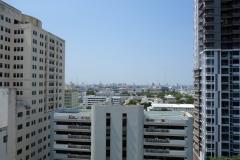 Utsikten över Bangkok från taket på The Victory Residences Hotel.