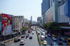 Phayathai Road vid MBK Center. Bangkoks just nu högsta byggnad Mahanakhon kan skymtas i bakgrunden.