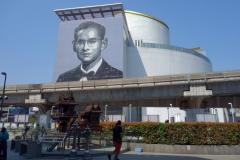 Fint porträtt av Thailands kanske mest älskade kung i modern tid. Bangkok Art and Culture Centre, Bangkok.