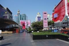 Utanför Central World med Baiyoke Tower i bakgrunden, Bangkok.