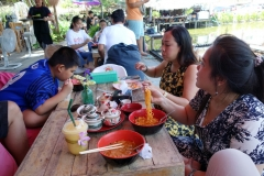 Kim, Ing och Cha på Kuy teaw hoi kha restaurant, Nakhon Pathom.