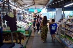Ing och Kim på marknaden i Nakhon Pathom.