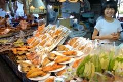 Glad försäljerska på marknaden i Nakhon Pathom.