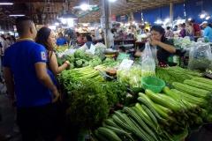 Ae och Ing köper grönsaker på marknaden i Nakhon Pathom.
