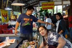 Cha kollar in utbudet på marknaden i Nakhon Pathom.