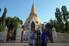 Cha, Ing och Ae framför Phra Pathom Chedi, Nakhon Pathom.