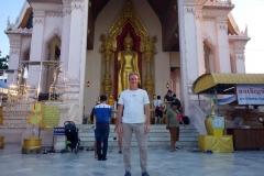 Stefan framför Phra Pathom Chedi, Nakhon Pathom.