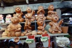 Vid båtterminalen för båtar till Koh Kret fanns denna jättelika lokal med krukor och små statyer.