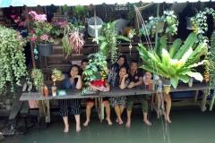 Mina vänner samlade för lite dryck på ett café på Koh Kret, Nonthaburi.