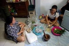 Tillagning av flera thai-rätter, däribland Tom Yum Kung.