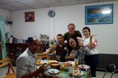 Gänget samlat runt matbordet. Mannen till vänster heter Phong och han rådde om huset.