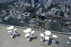 Platserna vid utomhusbaren från observatorieplattformen på 314 meter, MahaNakhon , Bangkok.