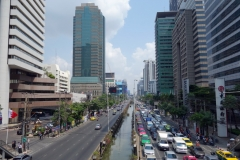 Trafiken i Bangkok vid en av gångbroarna i närheten av skytrain station Chong Nonsi, Bangkok.