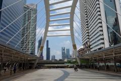 Plattformen som är en del av Chong Nonsi skytrain station, Bangkok.