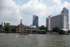 Till höger i bild klassiska Mandarin Oriental, Bangkok.