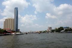 Skyskrapor och 5-stjärniga hotell radar upp sig längs Chao Praya-floden, Bangkok.
