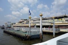 En av många pirer längs Chao Praya-floden där kollektivtrafik-båtarna stannar, Bangkok.