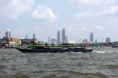 Chao Praya-floden i sydlig riktning, Bangkok.