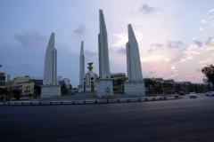 Democracy Monument i solnedgången, Ratchadamnoen Klang Road, Bangkok.