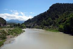 Här har jag precis klivit av lokalbussen vid bron över floden Osum ungefär 1,5 kilometer väster om centrala Berat.