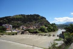 Floden Osum med bron Gorica synlig till höger i bild, Berat.