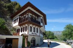 Litet hotell vid vägen som går längs floden Osum, Berat.