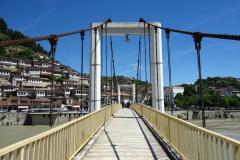 Gångbro över floden Osum i centrala Berat.