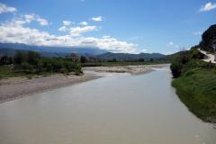 Floden Osum från gångbron i centrala Berat.