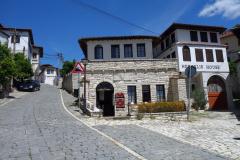 Heraklis Hotel som ligger längs gatan Rruga Mihal Komnena, Berat.