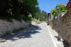 Rruga Mihal Komnena som leder upp till Berat castle, Berat.