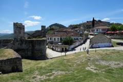 Del av slottsmuren och de gamla vackra bebodda stenhusen, Berat Castle, Berat.