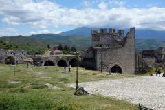 Del av slottsmuren med Mount Tomorr i bakgrunden, Berat Castle, Berat.