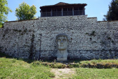Jättestenhuvud föreställande Konstantin den store, Berat Castle, Berat.