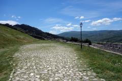 Promenaden längs slottsmuren i sydlig riktning, Berat Castle, Berat.