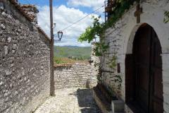 De mysiga gatorna bland bostadshusen i Berat Castle, Berat.