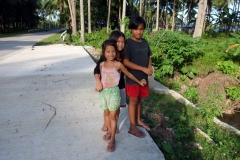 Dessa tre barn vinkade och ville att jag skulle stanna. När jag väl stannade blev dom väldigt blyga. Dessa möten är fantastiskt trevliga. Nordöstra Biliran.
