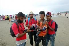 Grabbar som lever på att fotografera turister mot några Taka,  Cox's Bazar.