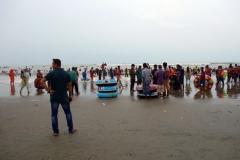 Mängder av människor på stranden i Cox's Bazar.