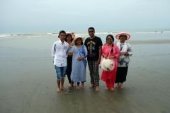 Nyfunna vänner på stranden i Cox's Bazar.
