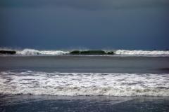 Massiva vågor rullar in på stranden i Cox's Bazar.