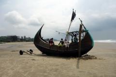 Traditionell båt på stranden i Cox's Bazar.