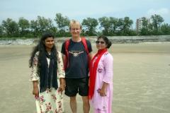Stefan med nyvunna vänner på stranden i Cox's Bazar.