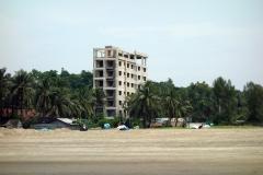 Ytterligare ett övergivet och ej färdigställt hotell vid stranden i Cox's Bazar.