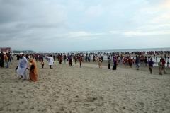 Mängder av människor på stranden i Cox's Bazar. I stort sett alla är lokala turister.