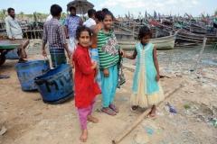 Tre nyfikna tjejer, Kastura Ghat, Cox's Bazar town.